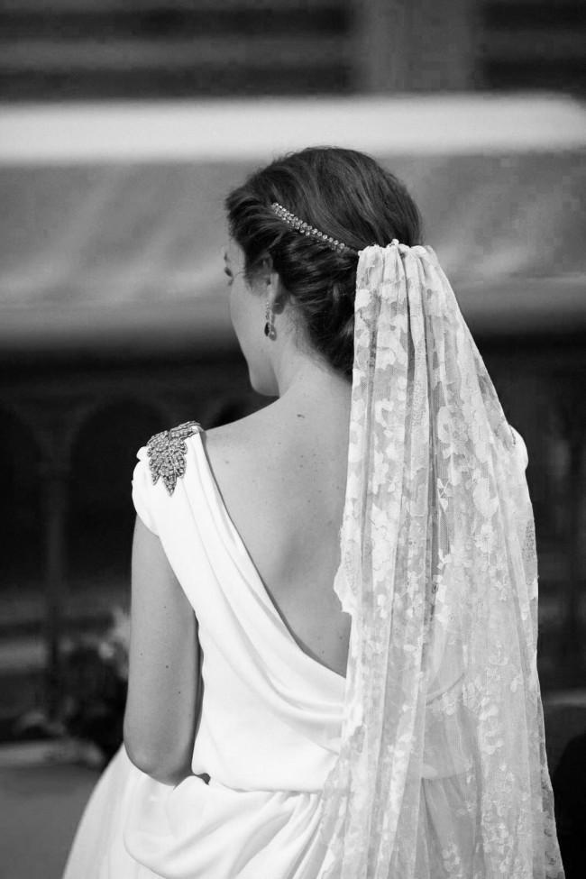 61d4a5b39c Estos tocados para novias son flexibles y están compuesto por una mezcla de  flores de color nude