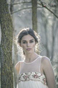 Vestido de novia de corte romántico con cenefa de flores de colores bordadas.