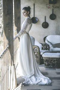 Vestido de novia en seda con bordados de pedrería
